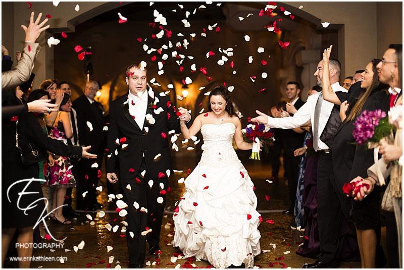 Rozenblaadjes strooien op een bruiloft