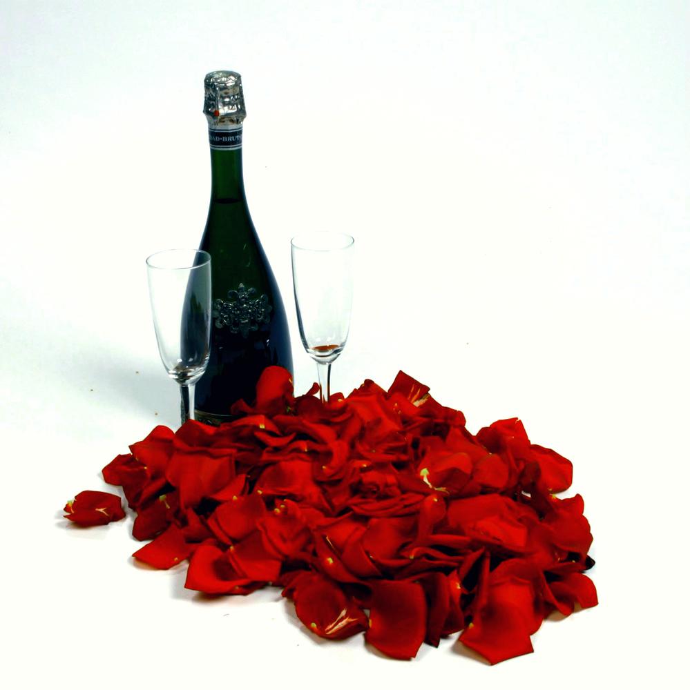 Romantisch aanzoek doen met rozenblaadjes